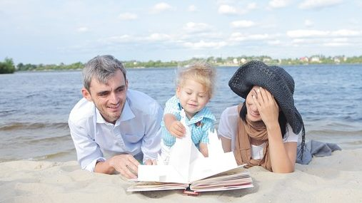 家族と仕掛け絵本で遊ぶ写真