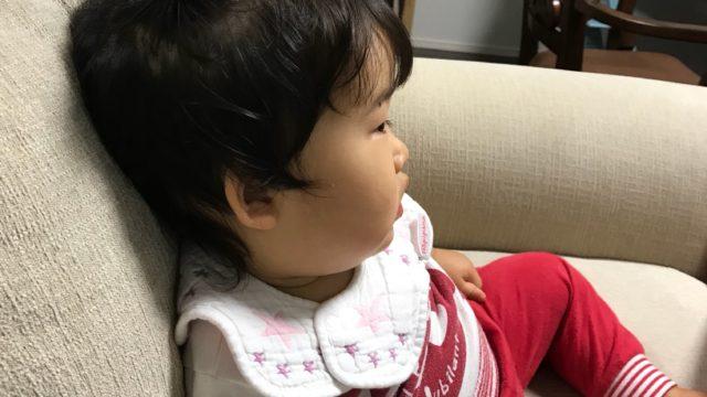 ソファーでくつろぐ子供の写真