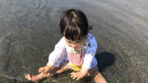 海でおむつのまま遊ぶ娘