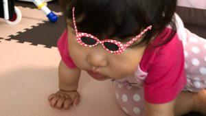 おもちゃをとりに向かう娘の写真
