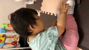 赤ちゃんのしつけについて考える娘の写真