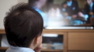 テレビを見る子供のイメージ画像