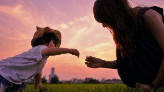 子供が親に石を渡しているイメージ画像