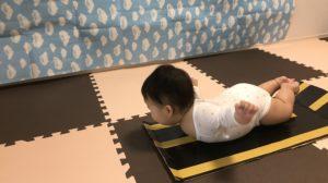 赤ちゃんの飛行機ポーズ①