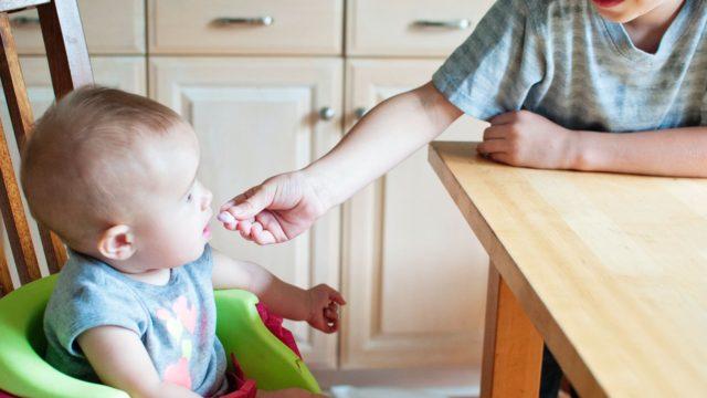 1歳児の遊び食べのイメージ画像3